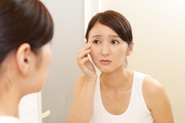 シミやシワなど肌の悩みが尽きない女性