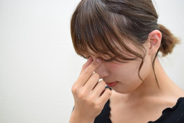 眼精疲労の症状に悩む女性