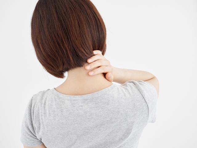 首こりからくる症状に悩む女性